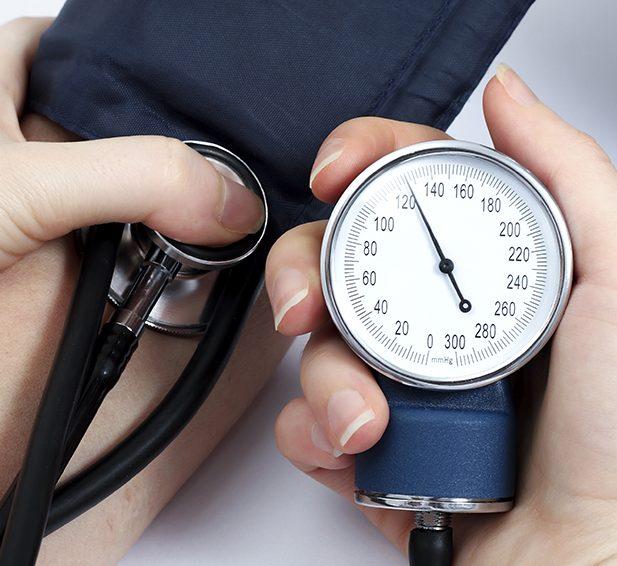 высокое давление может быть признаком инсульта